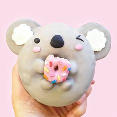 How can you possibly eat this cute little koala shaped donut? Could sit and admire it all day. Repost via: @vickiee_yo on Instagram Delicious Donuts, Yummy Food, Cute Donuts, Donuts Donuts, Mini Donuts, Cute Baking, Donut Decorations, Kawaii Dessert, Köstliche Desserts