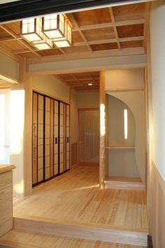寝室入り口 杉の羽目板を使ったハイセンスな竪板板戸