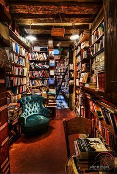 How awesome would this be for Merel? All she would need was a house with a basement and then voila! Books EVERYWHERE!
