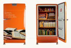 Você também pode aproveitar sua geladeira antiga reformada e dar uma nova função a ela, como por exemplo, uma estante para guardar os seus livros! E o adesivo temático na porta dá o toque especial.
