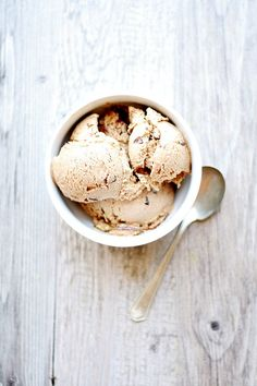 Toasted Marshmallow Ice Cream with Fudge and Graham Swirls - Well Floured Frozen Desserts, Frozen Treats, Just Desserts, Dessert Recipes, Dessert Food, Gelato, Slow Cooker Desserts, Ice Cream Day, Ice Cream Maker