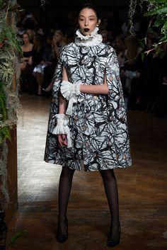 Giles Deacon Fall 2015 Ready-to-Wear Fashion Show - Issa Lish