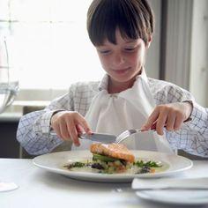 ¿Cómo le enseño a mi hijo a usar los cubiertos?