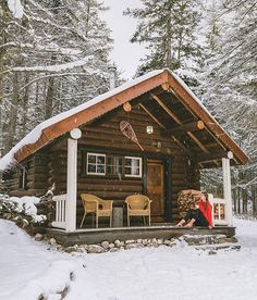 131 Small Log Cabin Homes Ideas Small Log Cabin, Tiny Cabins, Little Cabin, Log Cabin Homes, Cabins And Cottages, Cozy Cabin, Log Cabins, Cabins In The Woods, House In The Woods