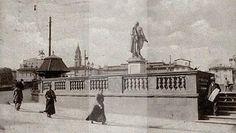 Piazza Goldoni con la statua e l'edicola a pagoda, troppo traffico. Foto 1890/1920. http://www.conoscifirenze.it