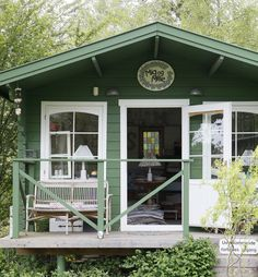 Sommeren nærmer sig med hastige skridt, og det er blevet tid til at rykke i sommerhuset og nyde årstiden og dens herligheder. Se de smukke sommerhuse i galleriet her! Hippie House, Porch Veranda, Cottage Porch, Little Houses, Small Houses, She Sheds, Cabins And Cottages, Cozy Corner, White Gardens