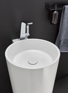 The telescopic design and narrow radii of this series achieve a modern look and timeless elegance.  The floor-standing piece sets stylistic accents in the bathroom.
