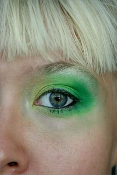 Love the combination of peroxide blond and green make-up. The make-up by Finnish beauty blogger Sanni.