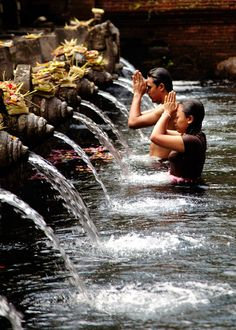 Fotografía Locals Preying at the Water Temple, Bali por Chris Deane