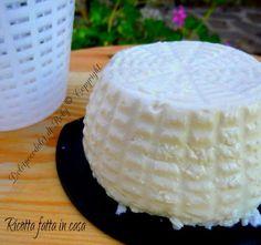 Ricotta fatta in casa. Solo 3 ingredienti per ottenere un latticino o un formaggio gustosissimo, morbido e delicato! Si prepara con facilità in pochi minuti