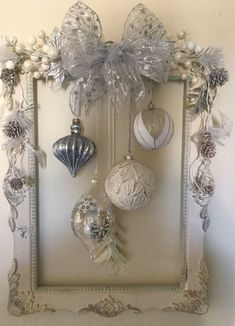 Frame Wreaths with Christmas Ornaments that steals the show with its Rareness & Classiness - Saudos - Christmas Picture Frame. Best Picture For decorations tendance For Your Taste You are looking for - Picture Frame Christmas Ornaments, Picture Frame Wreath, Picture Frame Crafts, Christmas Frames, Christmas Pictures, Handmade Christmas, Christmas Diy, Christmas Wreaths, Christmas Cookies