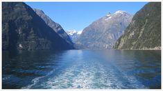 [Nouvelle-Zélande] Le Milford Sound au sud de l'île du Sud... une vraie carte postale surtout avec ce ciel bleu. Le grand débat est souvent : est-il préférable d'y aller quand il pleut pour voir les nombreuses cascades du fjord ou par beau temps pour la lumière exceptionnelle ? Qu'en pensez-vous ? . NOUVEAU : Vous souhaitez être informé de la réouverture des frontières de la Nouvelle-Zélande aux touristes étrangers ? Inscrivez-vous à notre alerte ! Le lien est dans notre bio. . . . .… Cascades, Fjord, Bio, Mountains, Travel, Instagram, New Zealand, Blue Skies, Australia