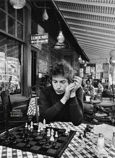theswinginsixties:    Bob Dylan play chess.