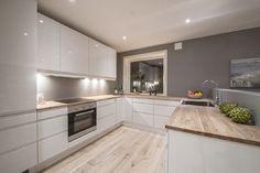Cuisine blanche plan de travail bois - Jessica W. Kitchen Living, New Kitchen, Kitchen Decor, Kitchen Wood, Kitchen Worktop, Kitchen White, Kitchen Small, Kitchen Island, Kitchen Ideas
