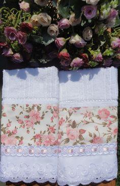 Kit duas toalhas de lavabo da marca Karsten, com aplicação em tecido 100% algodão., bordado inglês, passa-fitas e fita de cetim. <br>Enviamos na caixinha para presente. <br>Peça a pronta entrega. <br>Frete não incluso.