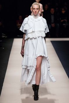 fashion 2015 The complete No. 21 Fall 2015 Ready-to-Wear fashion show now on Vogue Runway. White Fashion, Look Fashion, Runway Fashion, Fashion Show, Womens Fashion, Fashion Design, Fashion Trends, Milan Fashion, Fashion 2015