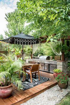 What an amazing outdoor space. This boho patio is s true paradise! Tropical Backyard, Backyard Patio, Backyard Landscaping, Tropical Outdoor Decor, Patio Roof, Outdoor Rooms, Outdoor Living, Patio Design, Garden Design