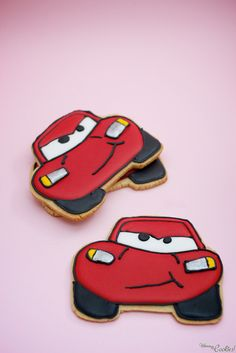 It's CAR's «Lightning McQueen» cookie, driving fast to your rewards nerve center!! They are as funny as tasty!!  Son las galletas de «Rayo McQueen» de CARS, dirigiéndose a toda velocidad hacia tus centros de placer!! Tan divertidas como sabrosas. Car Cookies, Disney Cookies, Royal Icing Cookies, Cupcake Cookies, Cupcakes, Car Themed Parties, Cars Birthday Parties, Festa Hot Wheels, Mcqueen Cake