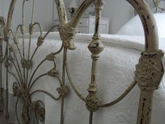 Old iron bed Vintage Iron, Beautiful Bedrooms, Shabby White, Vintage House, Dreams Beds, Dreamy Bedrooms, Beautiful Bedding, Wrought Iron Beds, Iron Bed