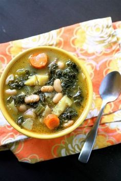 Spinach Soup white bean and kale soup october 2012 This soup, well, it's my soul food. It's my favorite soup to make on a rainy night. Or snow. Soup Recipes, Vegetarian Recipes, Cooking Recipes, Healthy Recipes, Healthy Soups, Healthy Smoothies, White Bean Kale Soup, Quinoa, Breakfast