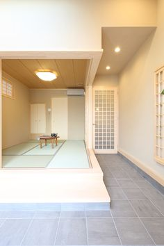 玄関先に設けたお店スペース。段差をつけて設けた和室では、和布で小物を作製しながら店番をすることができます。  #家づくり #店舗兼住宅 #土間 #和室 #玄関 #注文住宅 #デザオ建設
