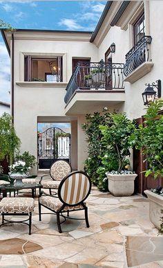 Tuscan design – Mediterranean Home Decor Spanish Style Homes, Spanish House, Tuscan Design, Tuscan Style, Modern Mediterranean Homes, Mediterranean Architecture, Mediterranean House Exterior, Mediterranean Garden, Tuscan House