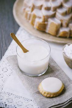 Una glassa all'acqua fatta bene è tutto ciò che ti serve per rendere stupenda una torta o dei biscotti! Semplice da fare e da colorare, divertente da usare!