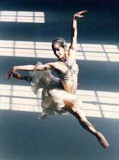 Darcey Bussell, former principal ballerina for the Royal Ballet in rehearsal for La Bayadere – taken circa 1998. © BBC – Photographer: Stephen Vaughan