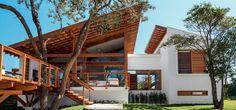 Casa incorpora árvore no deck e se beneficia de sua sombra