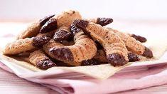 Nemáte před Vánoci času nazbyt, akdyžzvažujete, jaké cukroví upéct, rozhoduje především doba přípravy? Vtompřípadě vámpřijde vhod dnešní recept narychlé ořechové rohlíčky sčokoládou. Foukané se jim říká proto, že se vrohlíčcích po upečení vytvoří malinké dutinky. Apozor, jsou bez mouky! Christmas Baking, Christmas Recipes, French Toast, Cereal, Cookies, Breakfast, Pineapple, Crack Crackers, Morning Coffee
