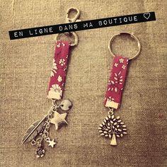 Porte-clefs et bijoux de sac en Liberty avec ravissantes breloques en métal argenté.