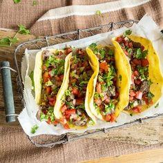 Du magst Low Carb? Dann wirst du Low-Carb-Tortillas lieben! Die leckeren Fladen kommen völlig ohne Mehl aus und warten goldgelb nur noch auf ihre Füllung.