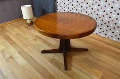 Table Ronde Design Scandinave en Noyer Vintage 1960 Elle ne possède pas d'allonge. La table est en bon état. Dimensions: Diamètre 110cm / Hauteur 74,5 cm. Référence:A1832