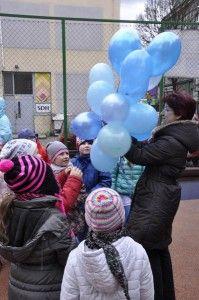 """Dnia 2 kwietnia jest obchodzony między narodowy dzień autyzmu. My obchodziliśmy go 31 marca. Hasłem był """"Zaświeć się na niebiesko"""" każdy w naszej szkole był ubrany na niebiesko, niektórzy mieli nawet niebieskie buty ;) ."""