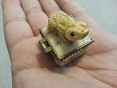 Beautiful Chinese Carved Frog Snuff Box