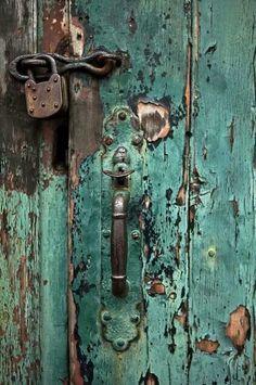 Installing interior barn door hardware can transform the look of your room. Read these steps in buying interior barn door hardware. Cool Doors, Unique Doors, Door Knobs And Knockers, Old Barn Doors, Door Detail, Peeling Paint, Old Barns, Barn Door Hardware, Doorway