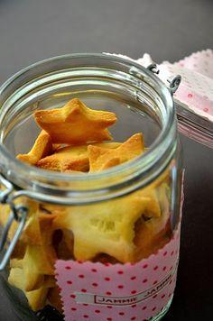 Bak koekjes en maak een leuk etiket op de pot met lint van Nominette. Leuk persoonlijk kado!