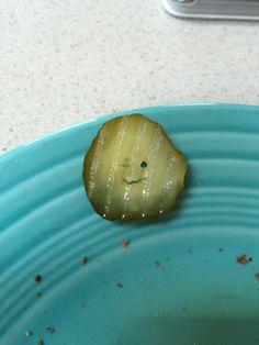 Como este pequeño pepinillo, que te guiña el ojo y solo quiere ser tu amigo. | 17 fotos de alimentos que te romperán un poco el corazón