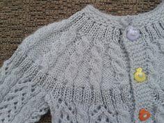 Otra chaquetita de bebé igual que la de otra entrada anteriorpero un poco mayor.  Esta tejida con lana New Babette de Katia y fine lace de ...