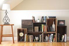 画集などの背の高い本を置くなら縦に、文庫本や単行本なら横にと、クレートボックスを積み木のように自由に重ねた本棚。無垢の木のままでナチュラルに使ってもよいし、ウッドステインを使ってラスティックに仕上げたり、ペンキを塗って好きな色に変えることもできます。
