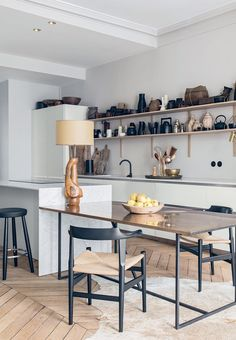 Wall unit with pottery and basket work in the kitchen