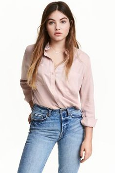 Straight-cut shirt in a soft viscose weave with a chest pocket, buttons down the front and a rounded hem.