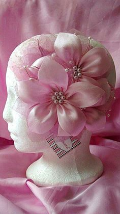 This Pin was discovered by Cuq Ribbon Art, Diy Ribbon, Fabric Ribbon, Ribbon Crafts, Flower Crafts, Ribbon Bows, Ribbons, Satin Flowers, Felt Flowers