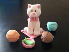 Items similar to Fondant Cat Cake Topper Set - Cat, Wool balls, Cat bowl on Etsy Cat Cake Topper, Fondant Cake Toppers, Fondant Figures, Cat Cupcakes, Cupcake Cakes, Mini Cakes, Polymer Clay Cat, Fondant Animals, Modeling Chocolate