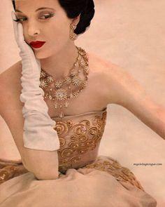 Christian Dior dress, Photo by Karen Radkai Luscious loves: Vintage fashion photographer Karen Radkai. Vintage Vogue, Vintage Dior, Moda Vintage, Vintage Couture, Vintage Glamour, Vintage Beauty, Vintage Makeup, Vintage Jewelry, Vestidos Christian Dior
