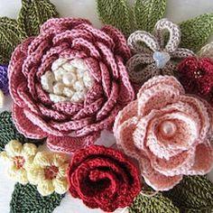 Pretty for a hat Yarn Flowers, Knitted Flowers, Crochet Flower Patterns, Tiny Flowers, Crochet Designs, Crochet Leaves, Thread Crochet, Crochet Yarn, Crochet Brooch