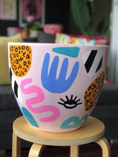 Pottery Painting Designs, Paint Designs, Ceramic Pottery, Pottery Art, Keramik Design, Painted Plant Pots, Contemporary Artwork, Clay Crafts, Clay Art