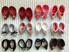 「メルちゃん 中敷の可愛らしいお靴」作った服に合わせて、パンプスの様な先のとがった靴が欲しいなぁと思い、試行錯誤の上、この形に… でも他の靴と一緒に並べると縫い目がバッチリ見えてるし、安定も悪いので、中敷を作ってみることにしました! 履くと見えなくなるけど可愛らしくできて、満足です♡ [材料]厚さ1㎜位の薄い合皮/フェルト/中敷用の布/ボンド Doll Shoes, Diy Dollhouse, Nespresso, Doll Clothes, Dolls, Sewing, Handmade, Amigurumi, Miniatures