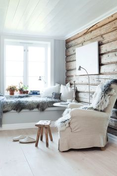 Cozy white summer cottage living room with reading nooks for two. Cabin Interiors, Rustic Interiors, Interior Desing, Interior Inspiration, Casa Hygge, Timber Walls, Wood Walls, Living Spaces, Living Room