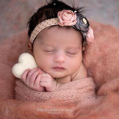 Newborn photo shoot - newborn photography - newborn wrapping - newborn headbands - newborn posing id Foto Newborn, Newborn Posing, Newborn Photo Props, Newborn Photos, Newborn Twins, Newborns, Newborn Photography Studio, Newborn Baby Photography, Photography Ideas